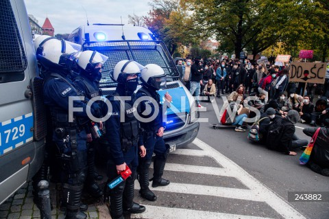 24.10.2020 GDANSK<br />PROTEST KOBIET W GDANSKU<br />N/Z POLICJA Z GAZEM GAZ OBSERWUJE PROTESTUJACYCH<br />