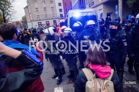24.10.2020 GDANSK<br />PROTEST KOBIET W GDANSKU<br />N/Z POLICJA POD SIEDZIBA PIS PROBUJE ROZGONIC PROTESTUJACYCH<br />
