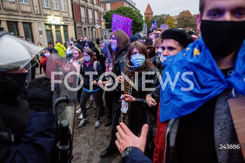 24.10.2020 GDANSK<br />PROTEST KOBIET W GDANSKU<br />N/Z PROTESTUJACY NAPIERAJA NA POLICJE<br />