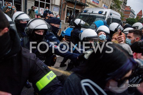 24.10.2020 GDANSK<br />PROTEST KOBIET W GDANSKU<br />N/Z POLICJA INTERWENIUJE UZYWAJAC GAZU GAZ INTERWENCJA<br />