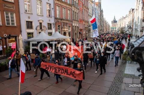 25.10.2020 GDANSK<br />PROTEST GASTRONOMII ORAZ PROTEST KOBIET W GDANSKU<br />N/Z PROTESTUJACY MASZERUJA NA DLUGI TARG W GDANSKU NAPIS WYPIERDALAC<br />