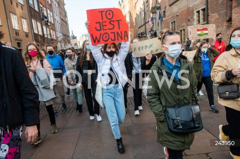 25.10.2020 GDANSK<br />PROTEST GASTRONOMII ORAZ PROTEST KOBIET W GDANSKU<br />N/Z PROTESTUJACY NA DLUGIM TARGU W GDANSKU NAPIS TO JEST WOJNA<br />