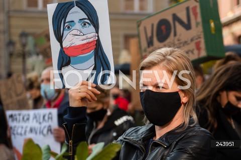 25.10.2020 GDANSK<br />PROTEST GASTRONOMII ORAZ PROTEST KOBIET W GDANSKU<br />N/Z PROTESTUJACA KOBIETA NA DLUGIM TARGU W GDANSKU<br />