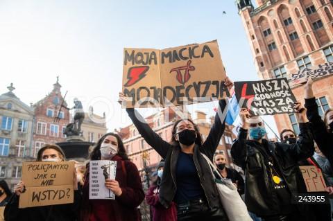 25.10.2020 GDANSK<br />PROTEST GASTRONOMII ORAZ PROTEST KOBIET W GDANSKU<br />N/Z PROTESTUJACY NA DLUGIM TARGU W GDANSKU<br />