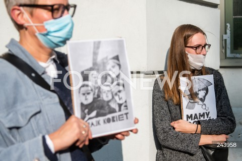 25.10.2020 GDANSK<br />PROTEST GASTRONOMII ORAZ PROTEST KOBIET W GDANSKU<br />N/Z KOBIETY PROTESTUJACE NA DLUGIM TARGU<br />