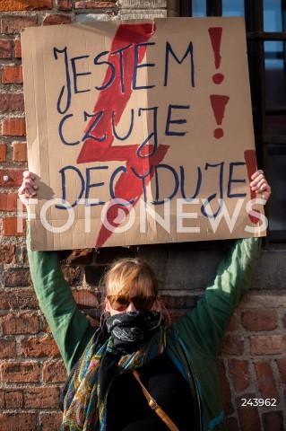 25.10.2020 GDANSK<br />PROTEST GASTRONOMII ORAZ PROTEST KOBIET W GDANSKU<br />N/Z PROTESTUJACA Z BANEREM JESTEM CZUJE DECYDUJE<br />