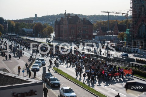 25.10.2020 GDANSK<br />PROTEST GASTRONOMII ORAZ PROTEST KOBIET W GDANSKU<br />N/Z PROTESTUJACY MASZERUJA GLOWNA ULICA GDANSKA DO PLACU SOLIDARNOSCI<br />
