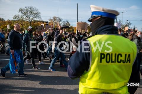 25.10.2020 GDANSK<br />PROTEST GASTRONOMII ORAZ PROTEST KOBIET W GDANSKU<br />N/Z PROTESTUJACY MASZERUJA GLOWNA ULICA GDANSKA DO PLACU SOLIDARNOSCI POLICJA OCHRANIA PRZEMARSZ<br />