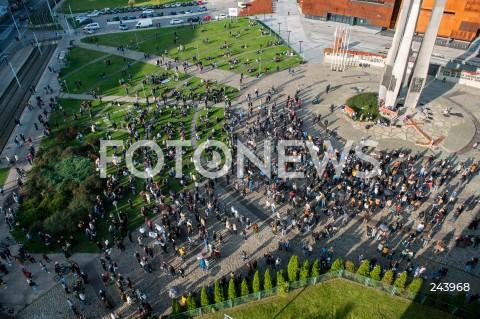 25.10.2020 GDANSK<br />PROTEST GASTRONOMII ORAZ PROTEST KOBIET W GDANSKU<br />N/Z PROTESTUJACY ZBIERAJA SIE NA PLACU SOLIDARNOSCI POD ECS POMNIK POLEGLYCH STOCZNIOWCOW<br />