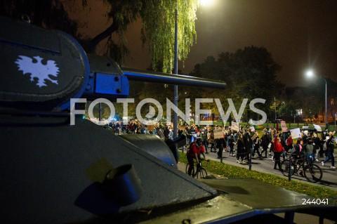 26.10.2020 GDANSK<br />PROTEST KOBIET I KONTRMANIFESTACJA W GDANSKU<br />N/Z PROTEST MASZERUJE Z FORUM GDANSK DO KATEDRY OLIWSKIEJ<br />