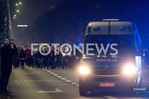 26.10.2020 GDANSK<br />PROTEST KOBIET I KONTRMANIFESTACJA W GDANSKU<br />N/Z POLICJA OCHRANIA PRZEMARSZ PRZEZ GLOWNA ARTERIE GDANSKA<br />