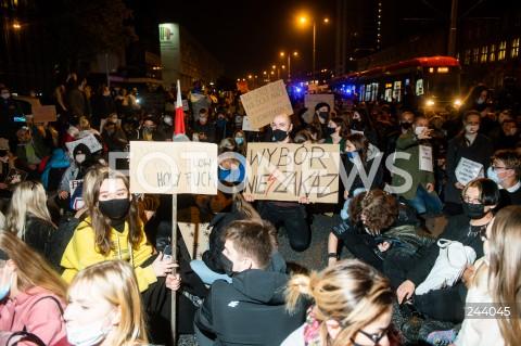 26.10.2020 GDANSK<br />PROTEST KOBIET I KONTRMANIFESTACJA W GDANSKU<br />N/Z PROTESTUJACY BLOKUJA ULICE<br />