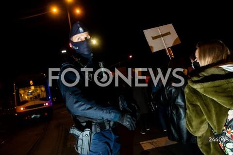 26.10.2020 GDANSK<br />PROTEST KOBIET I KONTRMANIFESTACJA W GDANSKU<br />N/Z POLICJA OCHRANIA PRZEMARSZ PRZEZ GLOWNA ARTERIE GDANSKA POLICJANT POLICJA<br />
