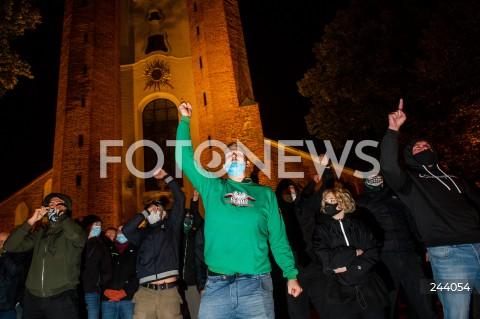 26.10.2020 GDANSK<br />PROTEST KOBIET I KONTRMANIFESTACJA W GDANSKU<br />N/Z KONTRMANIFESTACJA ZWOLENNIKOW ZAOSTRZENIA PRAWA ABORCYJNEGO POD KATEDRA OLIWSKA POLICJA POLICJANT<br />