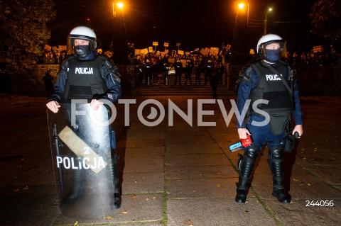 26.10.2020 GDANSK<br />PROTEST KOBIET I KONTRMANIFESTACJA W GDANSKU<br />N/Z POLICJA POLICJANCI PROTESTUJACY<br />