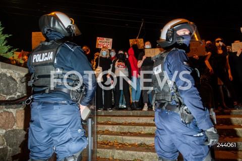 26.10.2020 GDANSK<br />PROTEST KOBIET I KONTRMANIFESTACJA W GDANSKU<br />N/Z PROTESTUJACY POLICJA POLICJANCI<br />