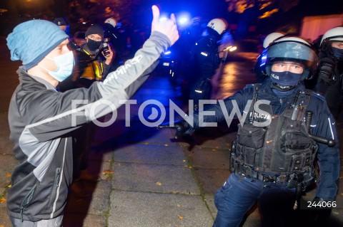 26.10.2020 GDANSK<br />PROTEST KOBIET I KONTRMANIFESTACJA W GDANSKU<br />N/Z PROWOKATOR Z PROTESTU KOBIET PRZEDOSTAL SIE DO ZWOLENNIKOW ZAOSTRZENIA PRAWA ABORCYJNEGO POLICJA ODCIAGA PROWOKATORA POLICJANT<br />