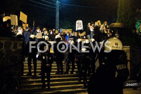 26.10.2020 GDANSK<br />PROTEST KOBIET I KONTRMANIFESTACJA W GDANSKU<br />N/Z POLICJA KORDON POLICJI ODDZIELA PROTEST KOBIET OD PROTESTU ZWOLENNIKOW ZAOSTRZENIA PRAWA ABORCYJNEGO POD KATEDRA OLIWSKA<br />
