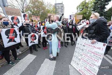 27.10.2020 WARSZAWA<br />STRAJK KOBIET PRZED SEJMEM<br />N/Z PROTESTUJACY MANIFESTANCI Z TRANSPARENTAMI HOMOSEKSUALISCI CALUJACY SIE<br />