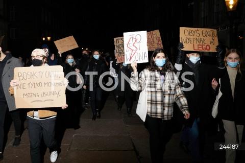 27.10.2020 GDANSK<br />PIATY DZIEN PROTESTOW W GDANSKU<br />NIE DLA ZAOSTRZENIA USTAWY ANTYABORCYJNEJ<br />PIATY DZIEN PROTESTOW PRZECIWKO DECYZJI TRYBUNALU KONSTYTUCYJNEGO<br />N/Z MANIFESTANCI Z TRANSPARENTAMI<br />