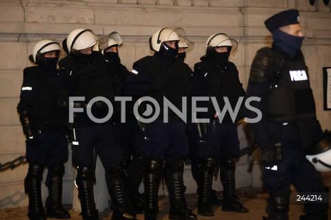 28.10.2020 WARSZAWA<br />STRAJK KOBIET NA ULICACH WARSZAWY<br />MARSZ STUDENTEK<br />N/Z POLICJA PILNUJACA KOSCIOLA POLICJANCI<br />