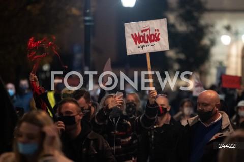 28.10.2020 WARSZAWA<br />STRAJK KOBIET NA ULICACH WARSZAWY<br />MARSZ STUDENTEK<br />N/Z PROTESTUJACY Z TRANSPARENTAMI<br />