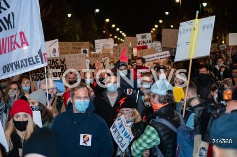 30.10.2020 WARSZAWA<br />OGOLNOPOLSKI STRAJK KOBIET - MARSZ NA WARSZAWE<br />N/Z PROTESTUJACY Z TRANSPARENTAMI<br />