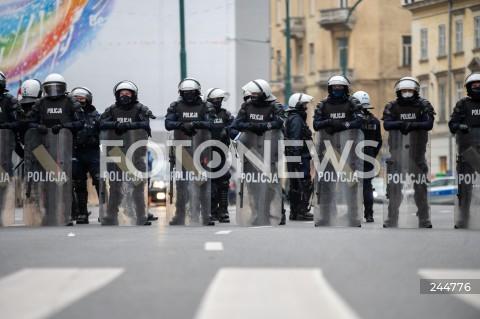 11.11.2020 WARSZAWA<br />MARSZ NIEPODLEGLOSCI<br />N/Z POLICJA PILNUJACA MARSZU PREWENCJA<br />