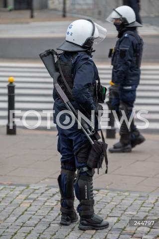 11.11.2020 WARSZAWA<br />MARSZ NIEPODLEGLOSCI<br />N/Z POLICJA PILNUJACA MARSZU PREWENCJA BRON<br />