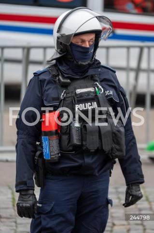 11.11.2020 WARSZAWA<br />MARSZ NIEPODLEGLOSCI<br />N/Z POLICJA PILNUJACA MARSZU PREWENCJA GAZ<br />