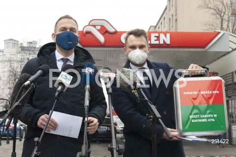 Konferencja polityków Platformy Obywatelskiej przed stacją paliw Orlen w Warszawie