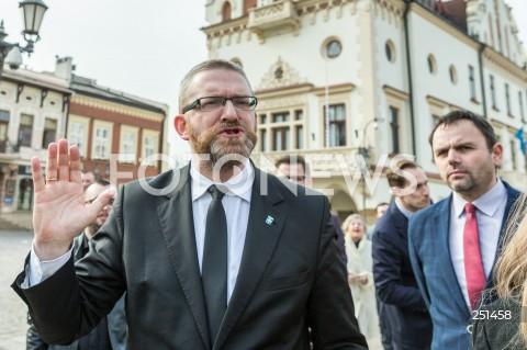 Grzegorz Braun kandydatem Konfederacji na prezydenta Rzeszowa - konferencja na rynku w Rzeszowie