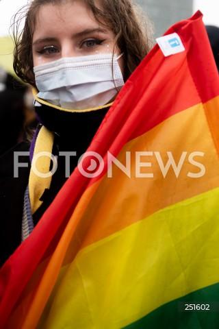 07.03.2021 GDANSK<br />17. TROJMIEJSKA MANIFA W GDANSKU<br />MANIFESTACJA POD HASLEM MOJE CIALO MOJE ZYCIE MOJA DECYZJA<br />N/Z UCZESTNICZKA MANIFY Z FLAGA LGBT<br />