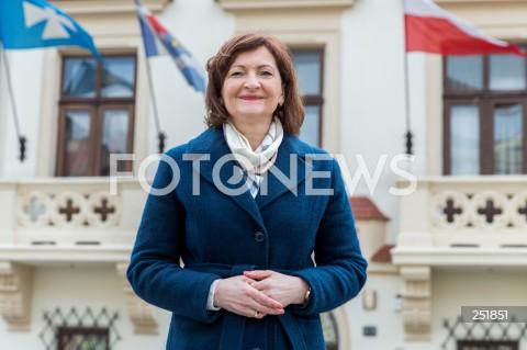 Wojewoda podkarpacki Ewa Leniart kandydatką na prezydenta Rzeszowa - konferencja na rynku w Rzeszowie