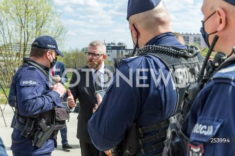 12.04.2021 RZESZOW<br />INTERWENCJA POLICJI W ZWIAZKU Z BRAKIEM MASECZEK PODCZAS KONFERENCJI KANDYDATA NA URZAD PREZYDENTA MIASTA RZESZOWA GRZEGORZA BRAUNA W SKATEPARKU <br />N/Z GRZEGORZ BRAUN POLICJANCI<br />