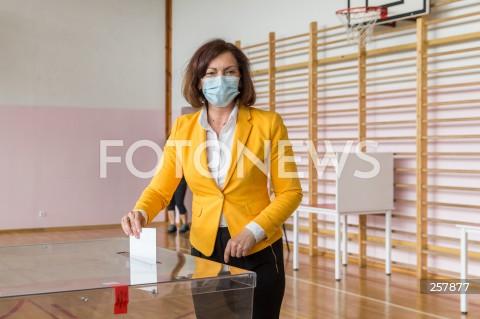 Kandydatka Ewa Leniart głosuje w wyborach na urząd prezydenta miasta w Rzeszowie