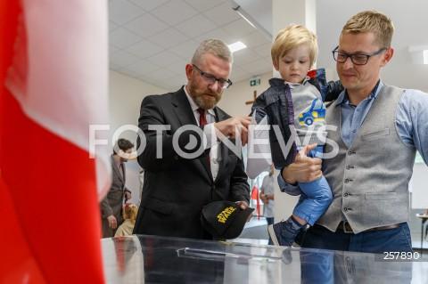 Kandydat Grzegorz Braun głosuje w wyborach na urząd prezydenta miasta w Rzeszowie