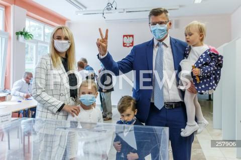 Kandydat Marcin Warchoł głosuje w wyborach na urząd prezydenta miasta w Rzeszowie