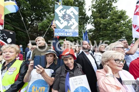 10.08.2021 WARSZAWA<br />PROTEST W OBRONIE WOLNYCH MEDIOW LEXTVN PRZED SEJMEM W WARSZAWIE<br />N/Z UCZESTNICY WYDARZENIA JAN HARTMAN <br />