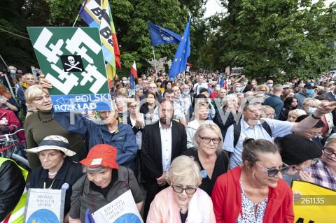 10.08.2021 WARSZAWA<br />PROTEST W OBRONIE WOLNYCH MEDIOW LEXTVN PRZED SEJMEM W WARSZAWIE<br />N/Z JAN HARTMAN<br />