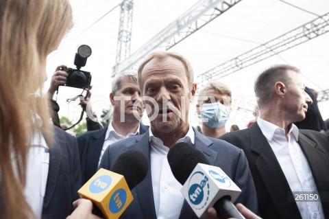 10.08.2021 WARSZAWA<br />PROTEST W OBRONIE WOLNYCH MEDIOW LEXTVN PRZED SEJMEM W WARSZAWIE<br />N/Z DONALD TUSK MIKROFONY TVN <br />