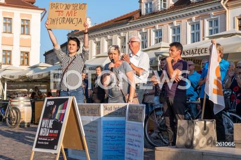 10.08.2021 RZESZOW <br />OGOLNOPOLSKI PROTEST W OBRONIE WOLNYCH MEDIOW I TVN NA RYNKU W RZESZOWIE<br />N/Z PROTESTUJACY AGNIESZKA ITNER <br />