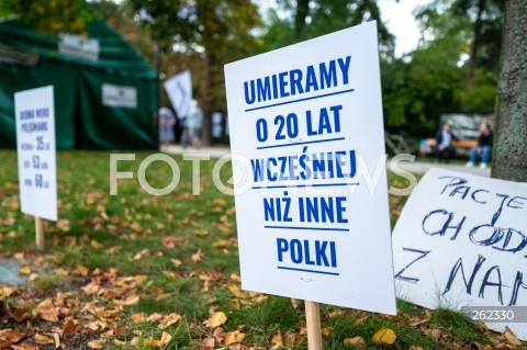 14.09.2021 WARSZAWA<br />PROTEST MEDYKOW <br />BIALE MIASTECZKO 2.0 PRZED KANCELARIA PREMIERA W WARSZAWIE<br />N/Z BIALE MIASTECZKO TABLICA<br />