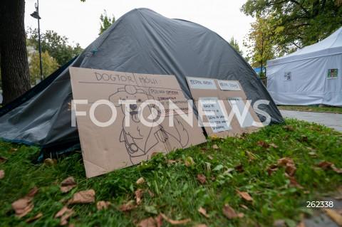 14.09.2021 WARSZAWA<br />PROTEST MEDYKOW <br />BIALE MIASTECZKO 2.0 PRZED KANCELARIA PREMIERA W WARSZAWIE<br />N/Z BIALE MIASTECZKO <br />