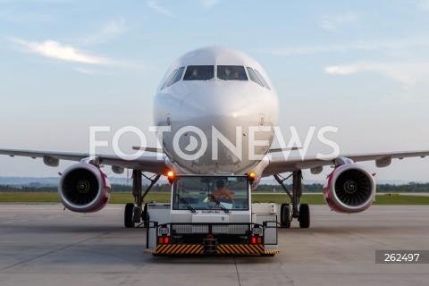 15.09.2021 LOTNISKO RZESZOW JASIONKA <br />INAUGURACJA POLACZENIA LOTNICZEGO Z RZESZOWA DO OSLO LINII LOTNICZEJ WIZZAIR <br />N/Z PILOCI MACHAJA SAMOLOT AIRBUS A321 LINII LOTNICZEJ WIZZAIR POJAZD DO WYPYCHANIA SAMOLOTU PUSHBACK<br />