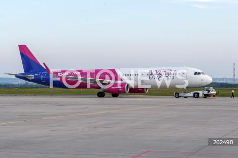 15.09.2021 LOTNISKO RZESZOW JASIONKA <br />INAUGURACJA POLACZENIA LOTNICZEGO Z RZESZOWA DO OSLO LINII LOTNICZEJ WIZZAIR <br />N/Z SAMOLOT AIRBUS A321 LINII LOTNICZEJ WIZZAIR POJAZD DO WYPYCHANIA SAMOLOTU PUSHBACK<br />