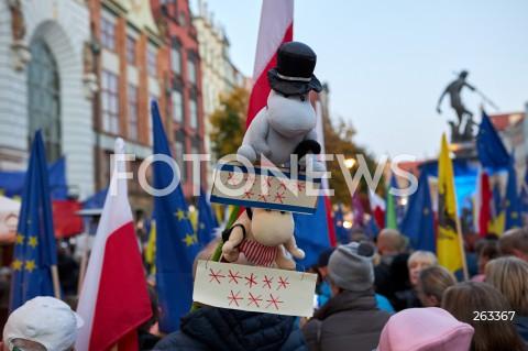 10.10.2021 GDANSK<br />PROTEST ZOSTAJE W UNII - ZORGANIZOWANY PO WYROKU TYBUNALU KONSTYTUCYJNEGO<br />N/Z MUMINKI OSIEM GWIAZDEK<br />