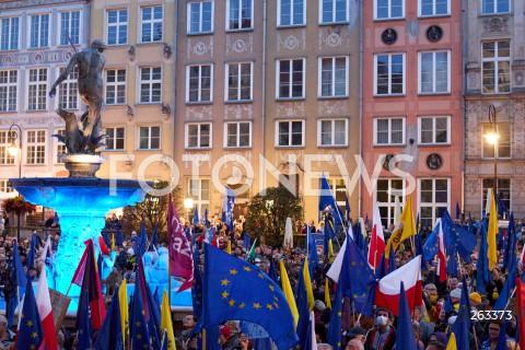 10.10.2021 GDANSK<br />PROTEST ZOSTAJE W UNII - ZORGANIZOWANY PO WYROKU TYBUNALU KONSTYTUCYJNEGO<br />N/Z NEPTUN, PROTESTUJACY, FLAGA UNII EUROPEJSKIEJ, FLAGA POLSKI<br />