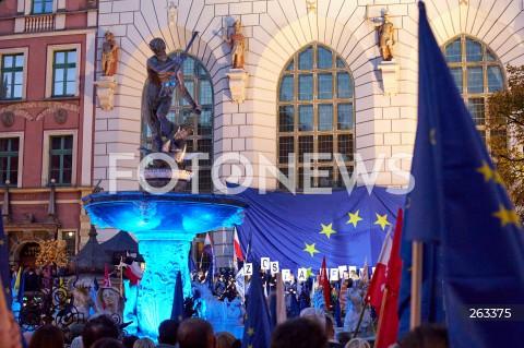 10.10.2021 GDANSK<br />PROTEST ZOSTAJE W UNII - ZORGANIZOWANY PO WYROKU TYBUNALU KONSTYTUCYJNEGO<br />N/Z NEPTUN FLAGA UNII EUROPEJSKIEJ<br />