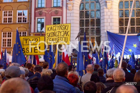 10.10.2021 GDANSK<br />PROTEST ZOSTAJE W UNII - ZORGANIZOWANY PO WYROKU TYBUNALU KONSTYTUCYJNEGO<br />N/Z TRANSPARENTY KACZYNSKI SKONCZY JAK CEAUSESCU TVP SSIE FLAGI UNII EUROPEJSKIJ FLAGI POLSKI<br />